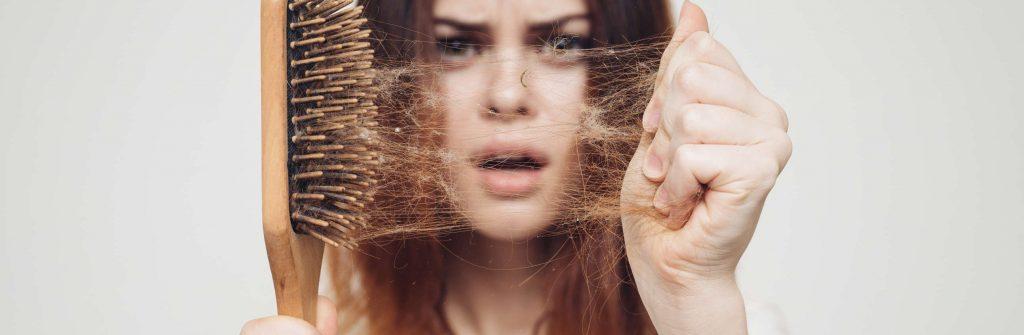 Chcete vedieť, čo spôsobuje rednutie vlasov a čo na to najlepšie pomáha? Tu sú odpovede