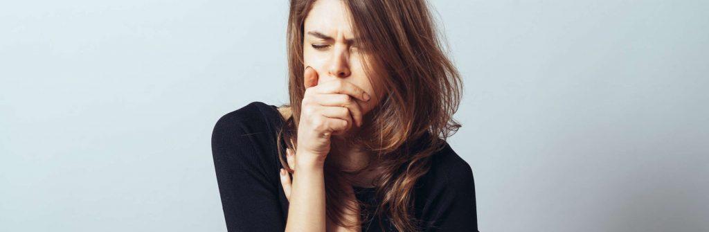 Čo spôsobuje dusivý kašeľ, čo pomáha a ako ho riešiť? Dať si len lieky nemusí vždy stačiť