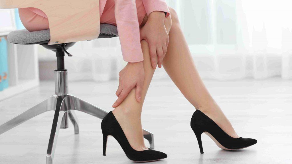 7 vecí, čo pomáha a čo je dobré na opuchnuté nohy, čo si dať a ako na ne doma