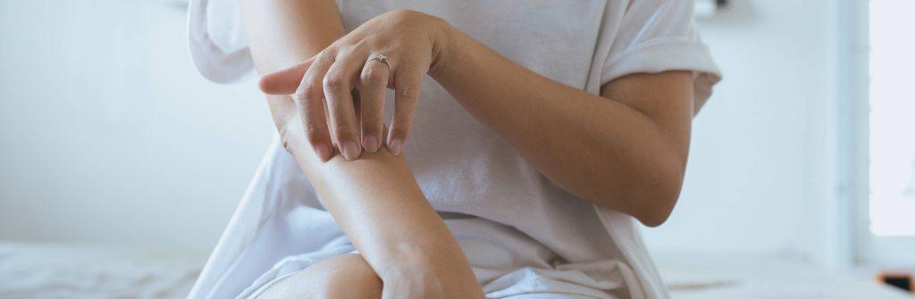 Psoriáza môže byť vo vlasoch, na nechtoch, rukách, nohách, hlave aj na genitáliach