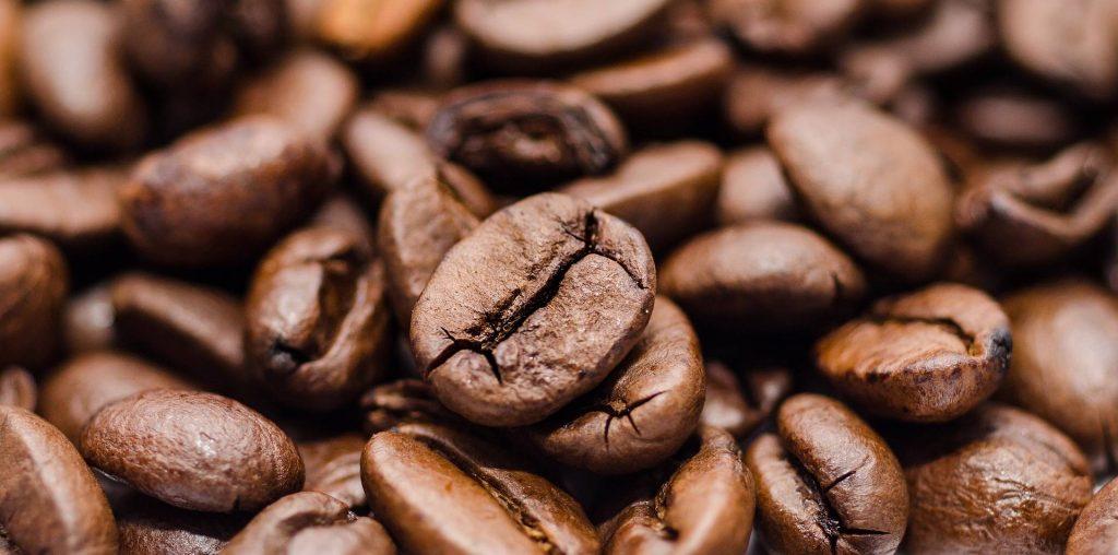 Kofeín: Jeho účinky, zdroje, vplyv na chudnutie, abstinenčné príznaky a nežiaduce účinky