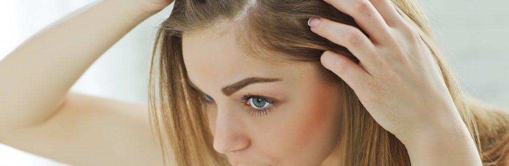 Čo pomáha na vypadávanie vlasov po pôrode a ako zastaviť aj to nadmerné a extrémne