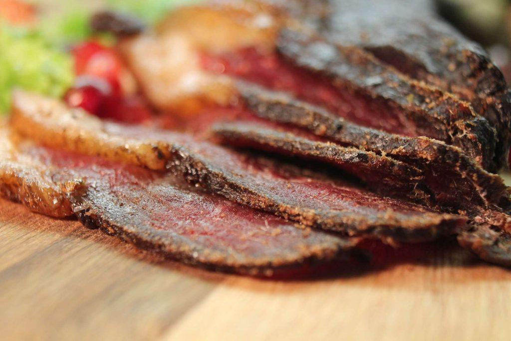 Sušené mäso je fitness pochúťka aj na chudnutie. Aké má výhody, cenu a kde ho kúpiť?